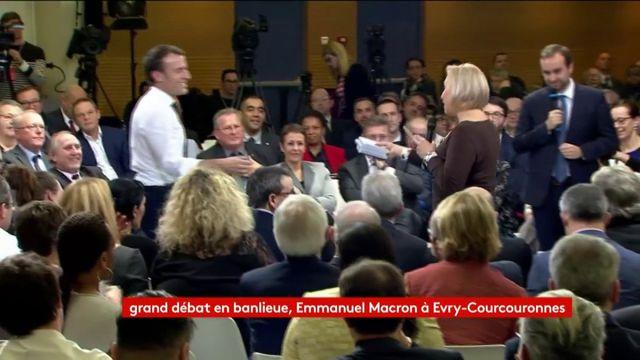 Une militante associative offre des films à Emmanuel Macron