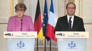 La chancelière allemande Angela Merkel et François Hollande, lors d'une déclaration conjointe sur les migrants, vendredi 4 mars 2016, à l'Elysée. (FRANCE TV)