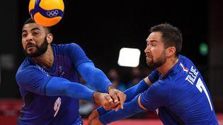 Earvin Ngapeth et Kevin Tillie, deux des cadres de l'équipe de France de volley, à la réception lors du premier match du tournoi olympique contre les Etats-Unis, le 24 juillet 2021. (YURI CORTEZ / AFP)