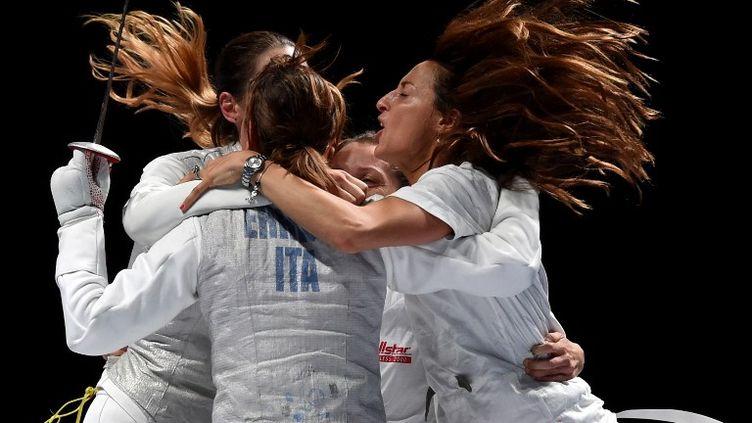 La joie des Italiennes, championnes du monde en fleuret par équipes en 2015 (KIRILL KUDRYAVTSEV / AFP)