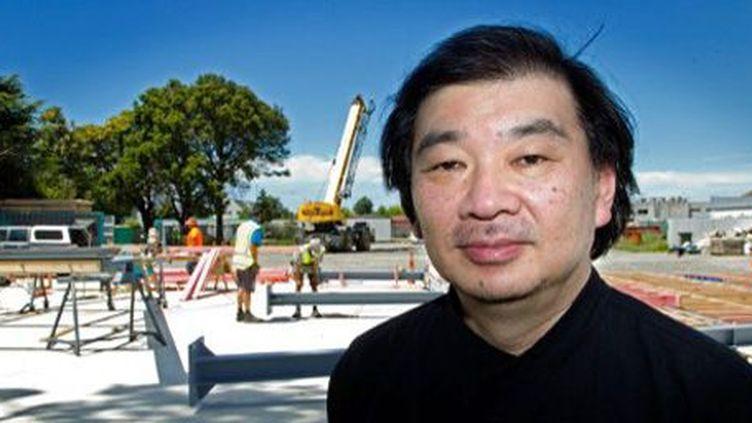 L'architecte japonais Shigeru Ban devant le chantier de la nouvelle cathédrale de Christchurch (Nouvelle-Zélande) le 5-12-2012. (AFP - Marty Melville)