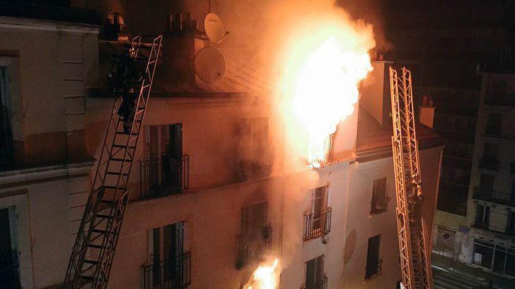 L'incendie au 4 de la rue Myrha, à Paris, le 2 septembre 2015. (NORMAN GRANDJEAN / AFP)
