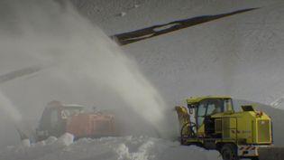Les opérations de déneigement ont lieu chaque année dans les cols de montagne. Sur le col de l'Iseran, les engins s'emploient pour rouvrir les routes et lancer officiellement la saison d'été. (FRANCE 2)