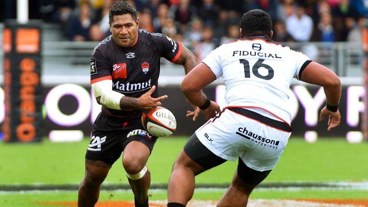 Le Lyonnais Hemani Paea face au Toulousain Christopher Tolofua   (PHILIPPE JUSTE / MAXPPP)