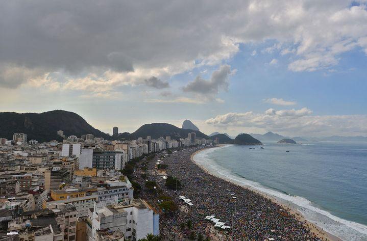 Des millions de personnes se pressent sur la plage de Copacabana à Rio de Janeiro (Brésil) pour assister à la messe de clôture des Journées mondiales de la Jeunesse célébrée par le pape François, le 28 juillet 2013. (CHRISTOPHE SIMON / AFP)