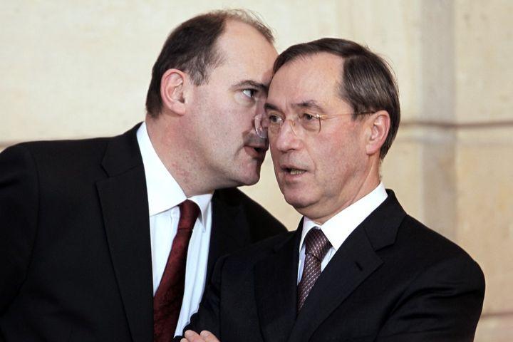 Jean Castex, alors conseiller social de Nicolas Sarkozy, parle à l'oreille de Claude Guéant, alors secrétaire général de l'Elysée, à Paris, le 6 janvier 2011. (CHARLES PLATIAU / AFP)
