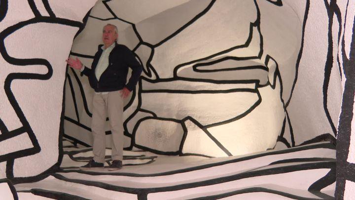 Le décorateurRichard Dhoedt à l'intérieur de la Tour aux Figures (France 3 Paris Ile de France)