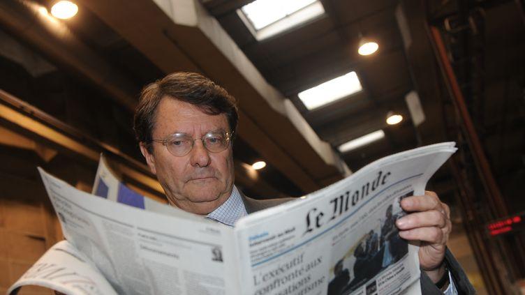 """Erik Izraelewicz lit """"Le Monde"""" dans l'imprimerie de """"La Dépêche du Midi"""",le 25 octobre 2012 à Toulouse (Haute-Garonne). (ERIC CABANIS / AFP)"""