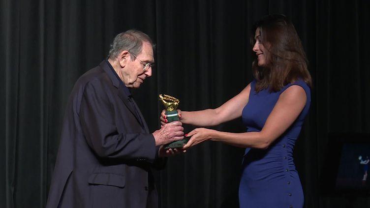 Robert Hossein reçoit le Prix spécial du Molodist Festival qui récompense l'ensemble de sa carrière, le 18 août à Vittel. (I. Pons-Teixeira / France Télévisions)