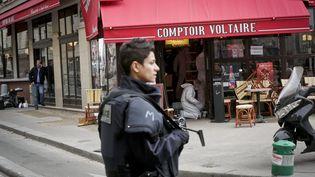 """La police scientifique effectue des prélèvements dans le restaurant """"Le Comptoir Voltaire"""", samedi 14 novembre 2015 à Paris, au lendemain des attentats. (MAXPPP)"""