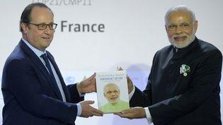François Hollande et le Premier ministre indien Narendra Modi àla Conférence mondiale sur les changements climatiques COP21 au Bourget, le 30 novembre 2015 (BERTRAND GUAY / AFP)