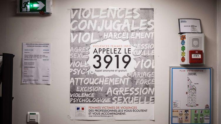 Le centre d'appels du 3919 à Paris, le 25 novembre 2017. (TRISTAN REYNAUD / SIPA)