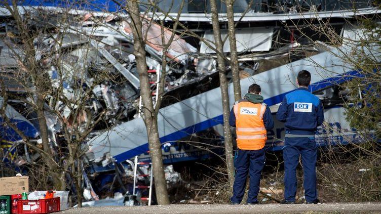 Des employés ferroviaires interviennent sur le site du choc entre deux trains, le 9 février 2016, à Bad Aibling (Allemagne). (SVEN HOPPE / DPA / AFP)