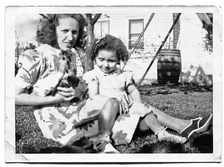 Joyce Carol Oates avec sa mère Carolina Oates dans le jardin de Millersport, mai 1941  (Fred Oates)