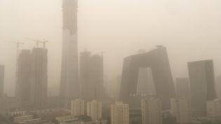 Pékin, la capitale de la Chine, sous une tempête de sable, jeudi 4 mai 2014. (CHINA STRINGER NETWORK / X03234 / AFP)