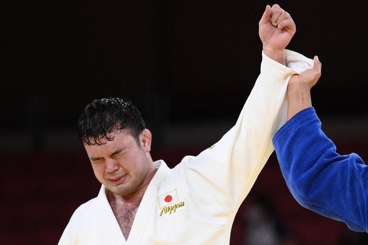 Aaron Wolf ému après sa victoire en finale de sa catégorie (-100kg) en judo aux Jeux olympiques de Tokyo, le 29 juillet (FRANCK FIFE / AFP)