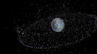 Des millions de débris tournent à 20 000 km/h autour de la Terre et peuvent pulvériser ou endommager n'importe quel satellite. Le Japon vient de lancer un gigantesque engin de nettoyage de 700 mètres de long. (France 2)