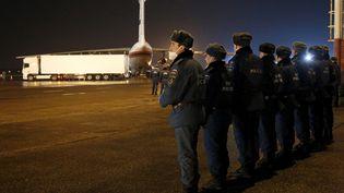 Des soldats russes le lundi 2 novembre 2015 sur le tarmac de l'aéroport de Saint-Petersbourg (Russie), à l'arrivée de l'avion transportant les corps de140 des 224 victimes du crash survenu samedi 31 octobre en Egypte. (REUTERS)