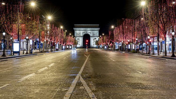 Les Champs-Elyséespendant le couvre-feu, le 15 décembre 2020, à Paris. (HAMID AZMOUN / HANS LUCAS / AFP)