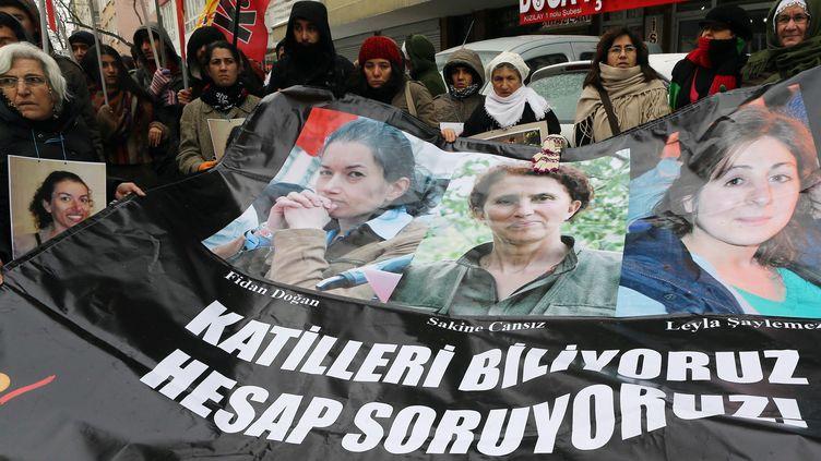 Manifestation à Ankara (Turquie) le 10 janvier 2015, en l'honneur des trois militantes kurdes assassinées à Paris en 2013. (ADEM ALTAN / AFP)