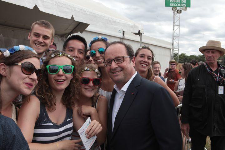 L'ancien président François Hollande pose avec des spectateurs du festival Solidays, le 26 juin 2017, à Paris. (FRANÇOIS LOOCK / CITIZENSIDE / AFP)