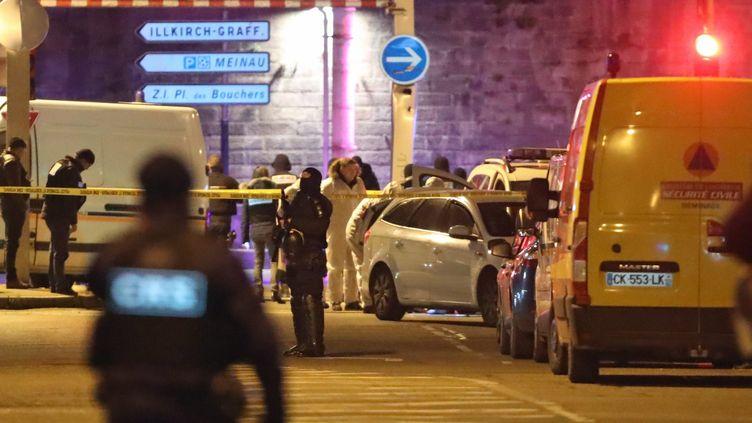 La police scientifique dans la rue du Lazaret dans le quartier de Neudorf, où a été abattu Cherif Chekatt par la brigade spécialisée de terrain (BST), à Strasbourg, le 13 décembre 2018. (MAXPPP)