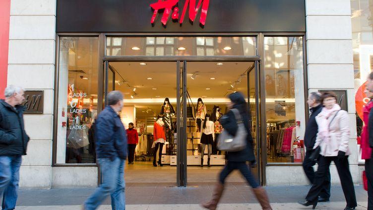 Des piétons passent devant une boutique H&M du centre de Londres, le 16 décembre 2012. (LEON NEAL / AFP)