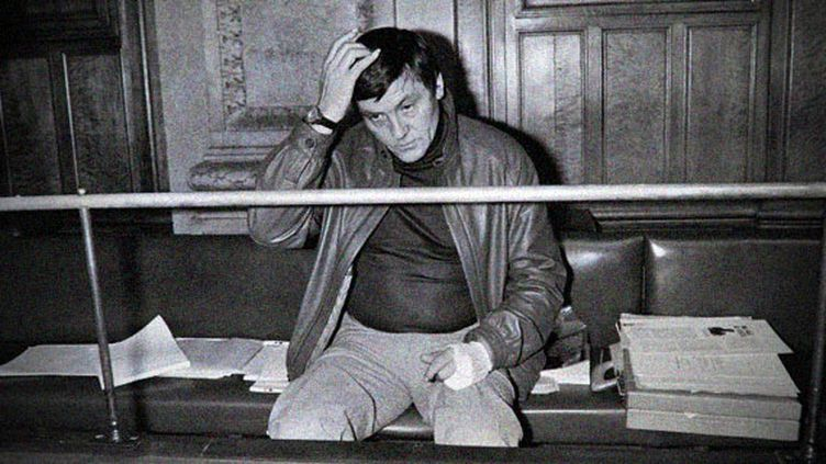 Roland Agret dans le box des accusés de la cour d'assises du Rhône, le 22 avril 1985, pour l'ouverture de son procès en révision. (GERARD MALIE / AFP)