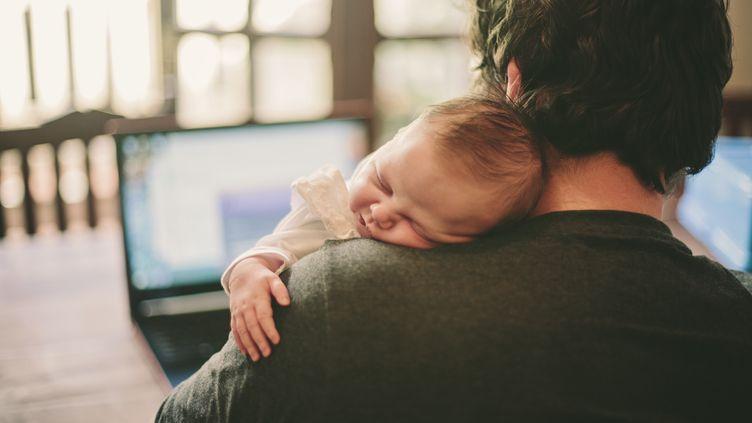 L'Union européenne souhaite inciter davantage de pères à prendre leur congé parental. (SALLY ANSCOMBE / GETTY IMAGES)