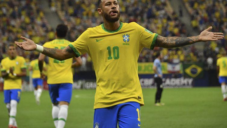 Le Brésilien Neymar célèbre son but avec la Seleçao face à l'Uruguay, jeudi 14 octobre 2021 à Manaus, lors des qualifications sud-américaines pour le Mondial 2022. (NELSON ALMEIDA / AFP)