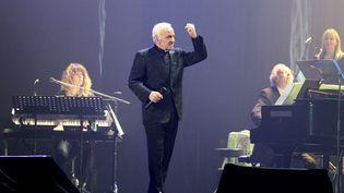Charles Aznavour sur scène au Heineken Music Hallle 14 décembre 2013 àAmsterdam (Pays-Bas) (GREETSIA TENT / WIREIMAGE)