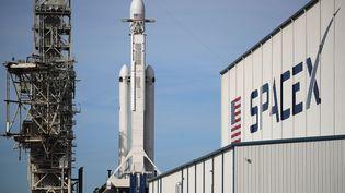 La fusée Falcon Heavy, à Cap Canaveral, en Floride (Etats-Unis), lundi 5 février 2018. (JOE RAEDLE / GETTY IMAGES NORTH AMERICA / AFP)
