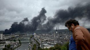 Le nuage de fumée de l'incendie de Lubrizol, le 26 septembre 2019 à Rouen (Seine-Maritime). (PHILIPPE LOPEZ / AFP)