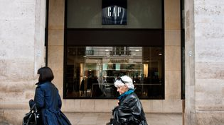 Des passantes devant le magasin Gap du 6e arrondissement de Paris. Photo d'illustration. (ETIENNE LAURENT / AFP)