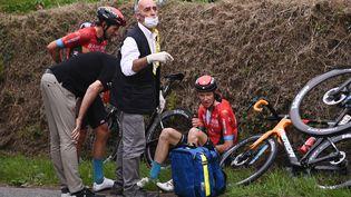 Jack Haig (assis) a été contraint à l'abandon après une chute en fin de troisième étape, lundi 28 juin 2021. (ANNE-CHRISTINE POUJOULAT / AFP)
