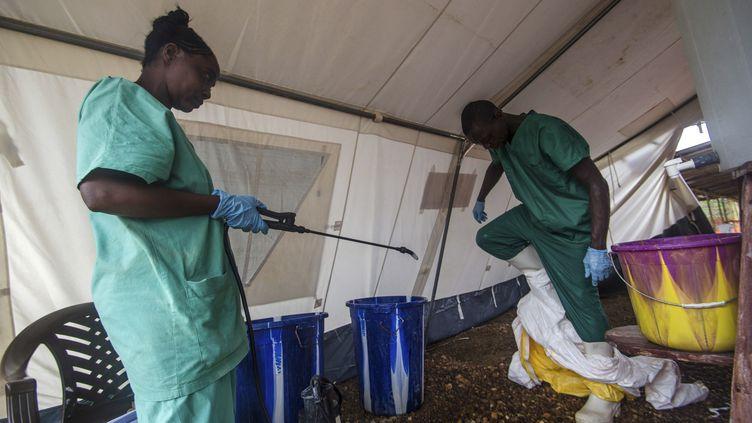 Un travailleur médical retire ses protections dans un centre de Médecins sans frontières, à Kailahun(Sierra Leone), le 20 juillet 2014. (REUTERS )