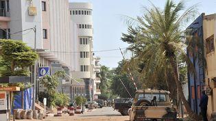 Les forces maliennes devant l'hôtel Radisson Blu de Bamako, pendant la prise d'otages, le 20 novembre 2015. (HABIBOU KOUYATE / ANADOLU AGENCY)