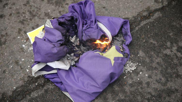Des partisans du Brexit brûlent un drapeau européen à Parliament Square, à Londres (Royaume-Uni), le 31 janvier 2020. (ISABEL INFANTES / AFP)