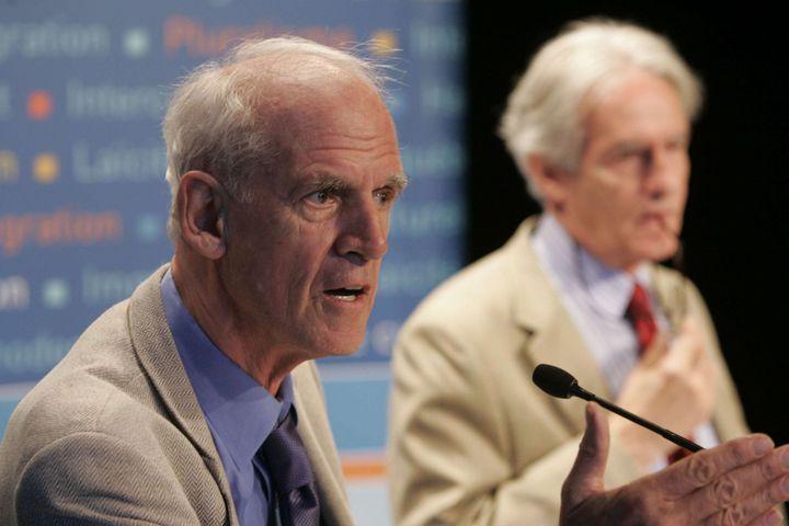 Charles Taylor (au premier plan) et Gérard Bouchard lors de la présentation du rapport de la commission de consultation sur la pratiques des accommodements raisonnables. (Distribution/NEWSCOM/SIPA)