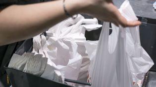 Les sacs en plastique dans une grande surface à Paris, le 30 juin 2014. (FRED DUFOUR / AFP)