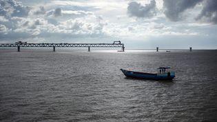 Un bateau sur le fleuve Padma au Bangladesh, le 9 août 2020. (SYED MAHAMUDUR RAHMAN / NURPHOTO / AFP)