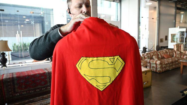 """La première cape portée par l'acteur Christophe Reeve dans le film """"Superman"""" a été vendue aux enchères, le 16 décembre 2019, pour 174 000 euros à Los Angeles (Etats-Unis). (ROBYN BECK / AFP)"""