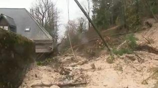 À Claix (Isère), un pan de colline s'est effondré sur une maison. Malgré l'arrivée des secours, une septuagénaire a succombé à ses blessures. (France 2)