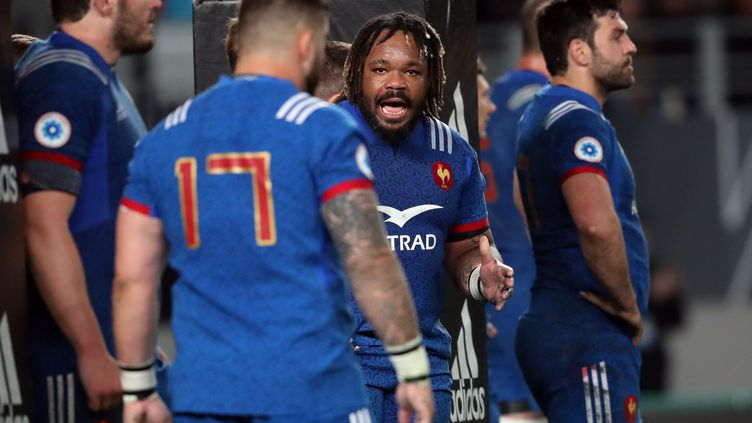 Mathieu Bastareaud rameute ses troupes face aux All Blacks (MICHAEL BRADLEY / AFP)