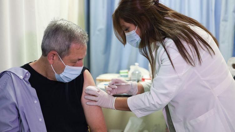 Un homme reçoit le vaccin Pfizer/BioNTech contre le Covid-19, dans un hôpital de Patras(Grèce), le 29 décembre 2020. (MENELAOS MICHALATOS / SOOC / AFP)