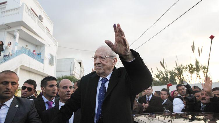 Béji Caïd Essebsi quitte un bureau de vote, à Soukra, près de Tunis (Tunisie), pendant le second tour de l'élection présidentielle, le 21 décembre 2014. (CHEDLY BEN IBRAHIM / CITIZENSIDE.COM / AFP)