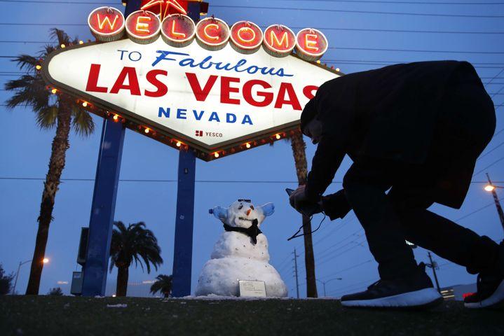 Un photographe immortalise un bonhomme de neige à Las Vegas(Etats-Unis), le 21 février 2019. (JOHN LOCHER/AP/SIPA / AP)