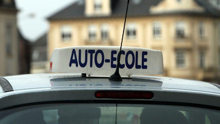 Une voiture d'auto-école à Thionville(Moselle),le 26 novembre 2010. (  MAXPPP)