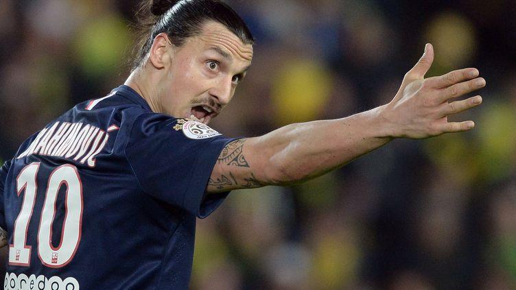 Zlatan Ibrahimovic s'adresse à ses coéquipiers, le 3 mai 2015, au stade de la Beaujoire, à Nantes (Loire-Atlantique). (JEAN-SEBASTIEN EVRARD / AFP)