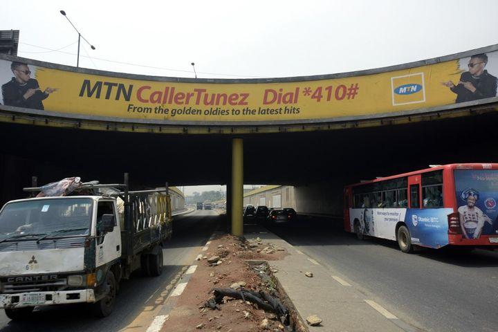Publicité pour MTN, l'opérateur de téléphonie mobile sud-africain, sur un pont de Lagos. L'opérateur a payé une lourde amende en 2015 pour ne pas avoir coupé son réseau à des usagers non-identifiés. (PIUS UTOMI EKPEI / AFP)